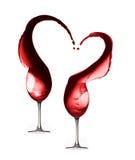 Respingo do coração do vinho tinto com os dois copos de vinho isolados Fotografia de Stock