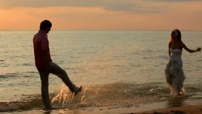Respingo dos recém-casados na praia video estoque