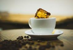 Respingo em um café em um copo branco fotografia de stock