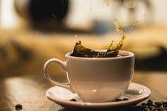 Respingo em um café em um copo branco foto de stock royalty free