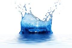 Respingo fresco da agua potável no azul imagem de stock royalty free