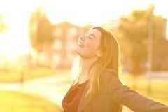 Respiración adolescente en la puesta del sol en un parque Fotografía de archivo libre de regalías