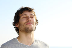 Respiración atractiva del hombre al aire libre