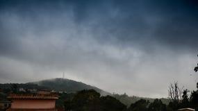Respiración que toma la opinión de la colina fotografía de archivo libre de regalías