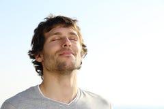Respiración atractiva del hombre al aire libre Imágenes de archivo libres de regalías