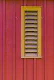 Respiradero amarillo que echa a un lado del granero rojo Imagenes de archivo