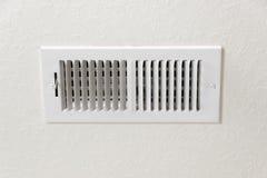 Respiradero del aire acondicionado en fondo texturizado de la pared con el espacio de la copia fotos de archivo libres de regalías