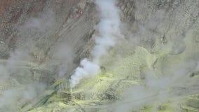 Respiraderos del azufre del volcán activo metrajes