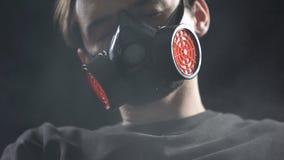 Respirador vestindo do homem que dorme na sala completa do fumo, influência do aerossol, saúde video estoque