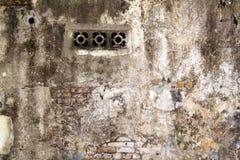 Respiradouro de ar em uma parede dilapidada Imagens de Stock