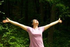 Respirando o ar fresco de uma floresta da mola