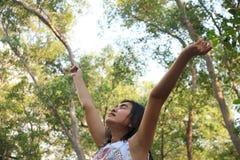 Respirando o ar fresco de uma floresta da mola - imagem conservada em estoque Imagens de Stock