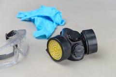 Respirateur, lunettes et gants médicaux bleus image libre de droits