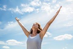 Respiration dehors pour la femme de yoga de zen soulevant ses bras images stock