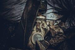 Respiratormaske für Gas auf dem Hintergrund des Abfalls stockfotografie