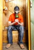 Respiratorn skyddar besökaren av WC från stinky lukt fotografering för bildbyråer