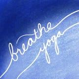 Respirez le yoga dans les lettres blanches sur le message manuscrit de fond, inspiré ou de motivation bleu au sujet de l'exercice photographie stock libre de droits