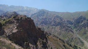 Respiri piacevolmente l'aria fresca diventata in montagna alta Immagine Stock