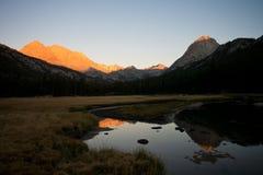 Resplandor alpino en valle de la evolución en John Muir Trail Imagen de archivo libre de regalías