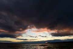 Resplandor crepuscular de las nubes del cielo en la puesta del sol imagen de archivo libre de regalías