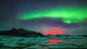 Resplandor de color naranja rosado púrpura verde claro asombroso del aurora borealis de la aurora boreal en cielo nocturno polar  metrajes