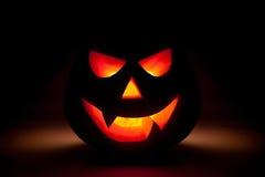 Resplandor de la calabaza de Halloween de la oscuridad fotografía de archivo