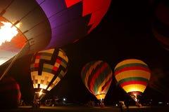 Resplandor de la noche de la llama de los globos del aire caliente Fotos de archivo