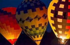Resplandor de la noche del globo del aire caliente foto de archivo
