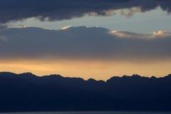 Resplandor de la puesta del sol con las montañas de la nieve Fotografía de archivo libre de regalías