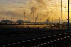 Resplandor de la salida del sol en un terminal ferroviario del cargo foto de archivo libre de regalías