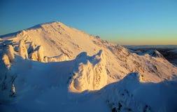 Resplandor de la salida del sol, Snowscape, pesebre Goch de Snowdon Imagenes de archivo