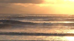 Resplandor etéreo de la mañana sobre ondas que se estrellan almacen de metraje de vídeo