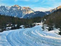 Resplandor nevado del camino y de la montaña Imagen de archivo