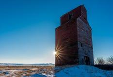 Resplandor solar en el elevador de grano histórico en Neipath, Saskatchewan, Canadá imagen de archivo libre de regalías