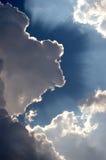 Resplandor solar fuera de las nubes Foto de archivo