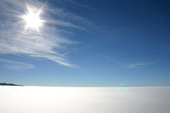 Resplandor solar sobre la niebla imagen de archivo libre de regalías