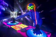 Resplandor ultravioleta de neón atractivo DJ Fotografía de archivo libre de regalías