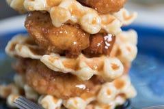 Resplandores del jarabe en pollo y las galletas imagenes de archivo
