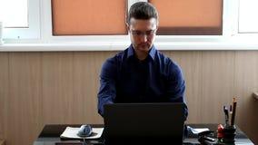 Responsabile al computer Uomo d'affari che lavora con il computer portatile archivi video