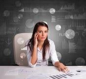 Responsabile all'ufficio che fa i rapporti e le statistiche con il fondo della lavagna fotografia stock libera da diritti