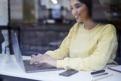 Responsabile amministrativo femminile attraente Immagine Stock