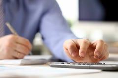 Responsabile Analyzing Investment Chart del ragioniere immagini stock