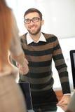 Responsabile che accoglie nuovo impiegato e che sorride nell'ufficio Fotografia Stock Libera da Diritti
