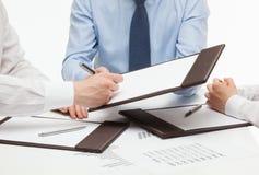 Responsabile che firma un contratto Immagini Stock Libere da Diritti