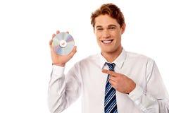 Responsabile che mostra compact disc Fotografia Stock