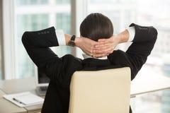 Responsabile che riposa dopo la finitura del lavoro in ufficio Immagine Stock