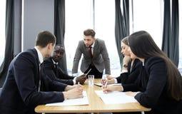 Responsabile che urla ai suoi impiegati alla riunione La società è nella recessione fotografie stock libere da diritti