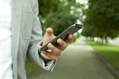 Responsabile con un telefono cellulare Fotografia Stock Libera da Diritti