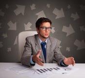 Responsabile davanti alla scrivania con il concetto di direzione immagini stock