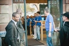 Responsabile del genio di Apple che ispeziona gruppo prima del iPhone 6 vendite Fotografia Stock Libera da Diritti